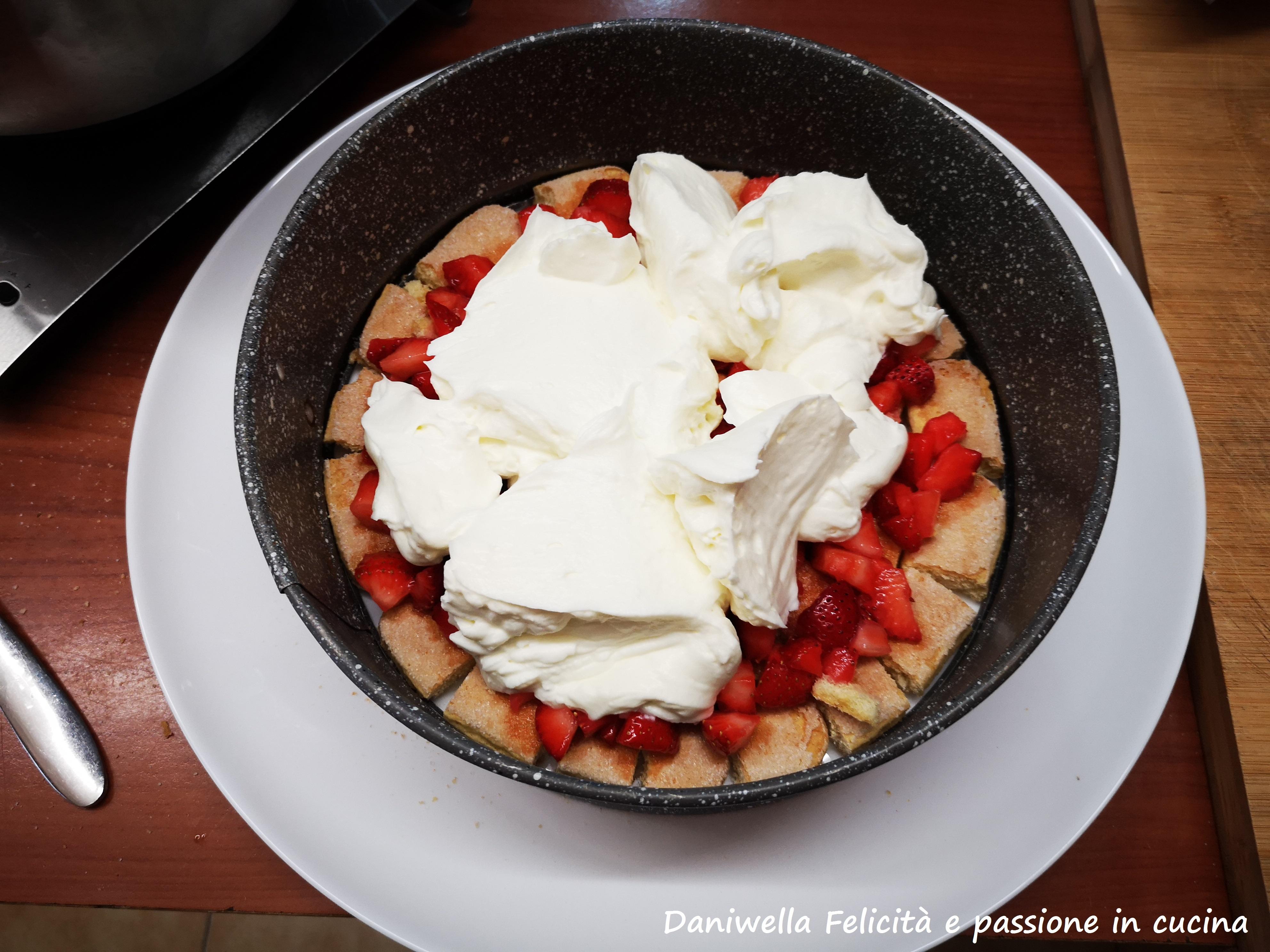 Distribuite 350 g di crema sulla superficie e con il dorso di un cucchiaio livellatela per bene.