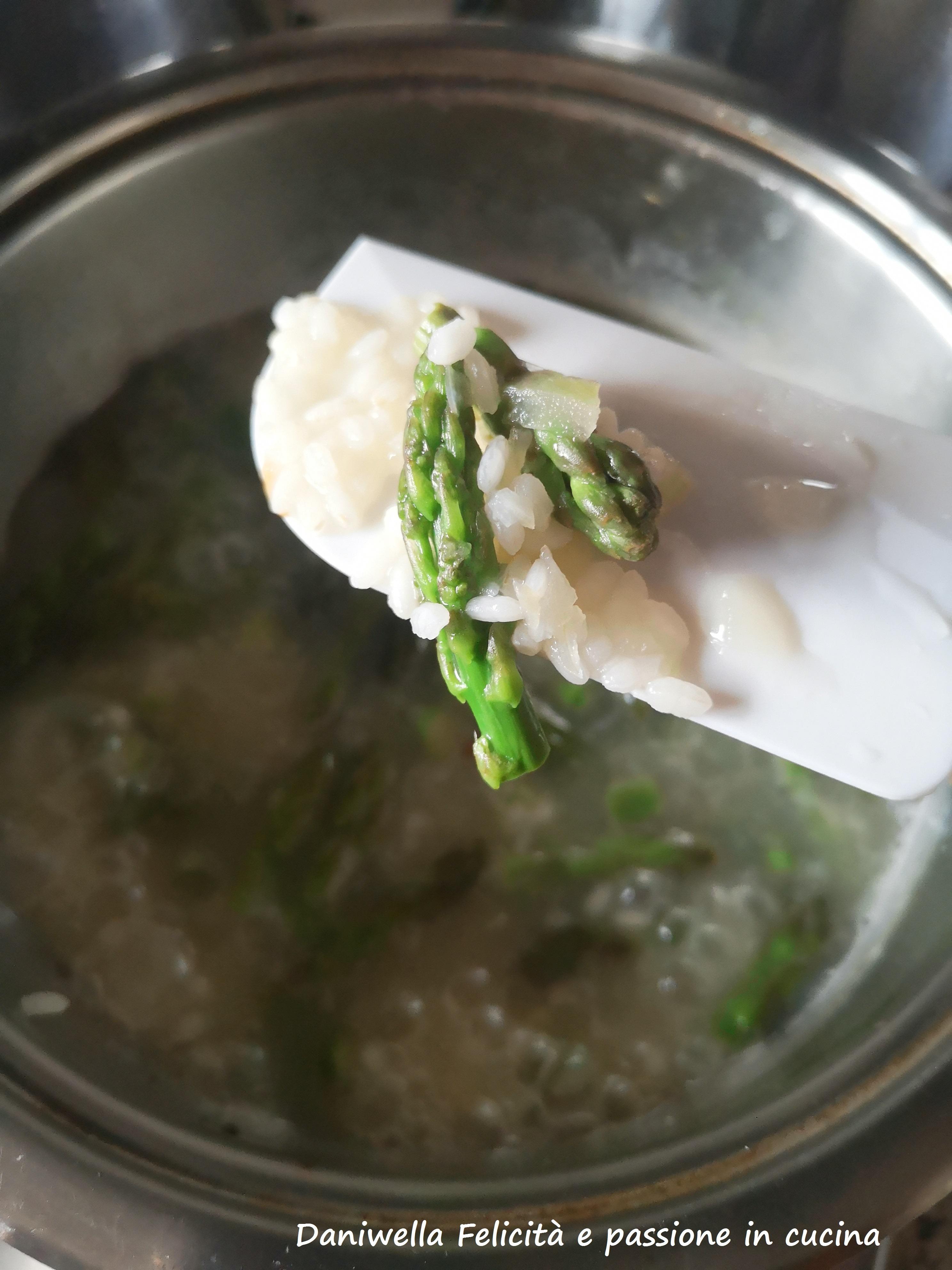 Aggiungete le punte messe da parte che si cuoceranno insieme al riso.