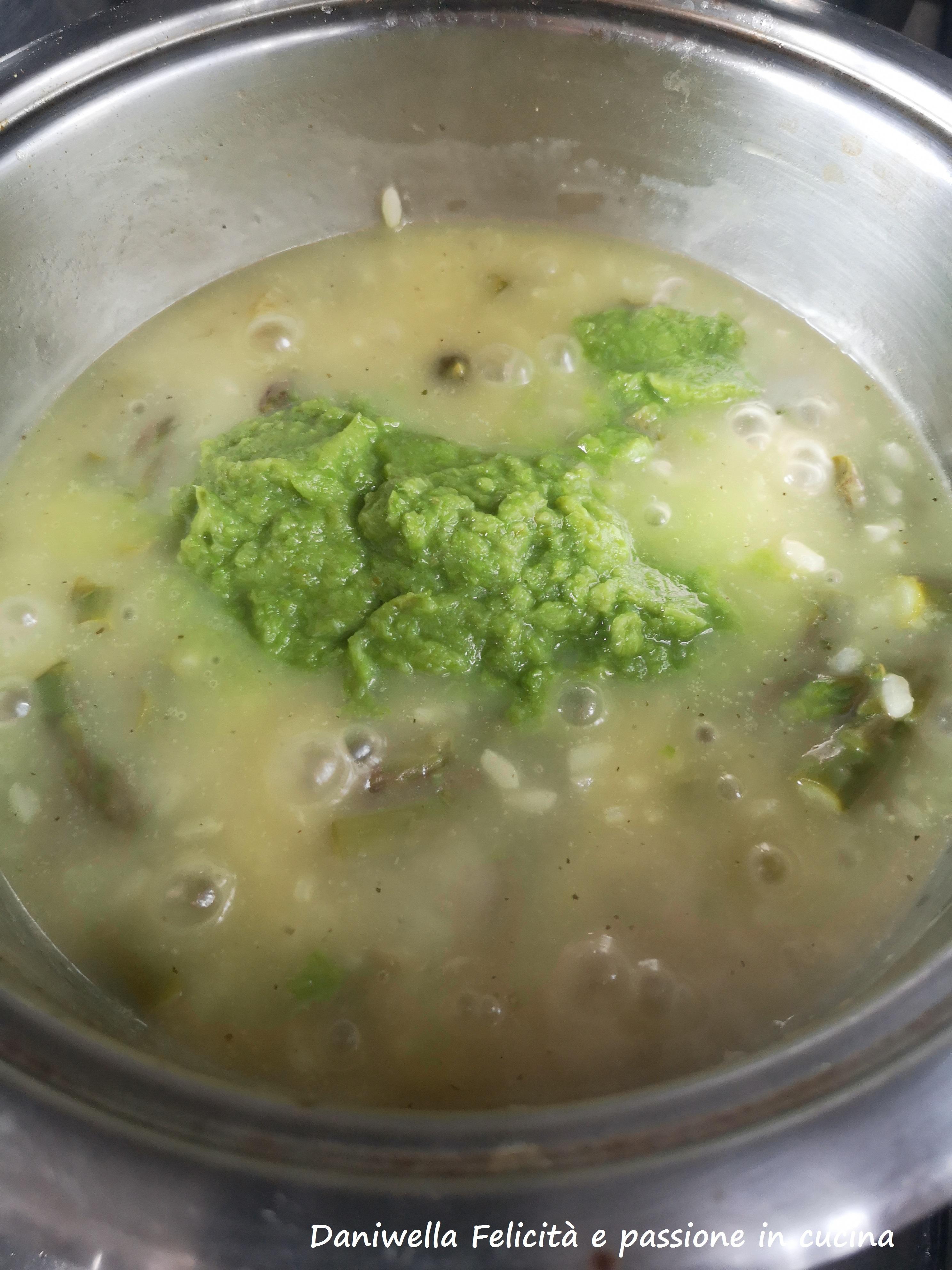 Cinque minuti prima del termine della cottura aggiungete la crema dei gambi frullati in precedenza.