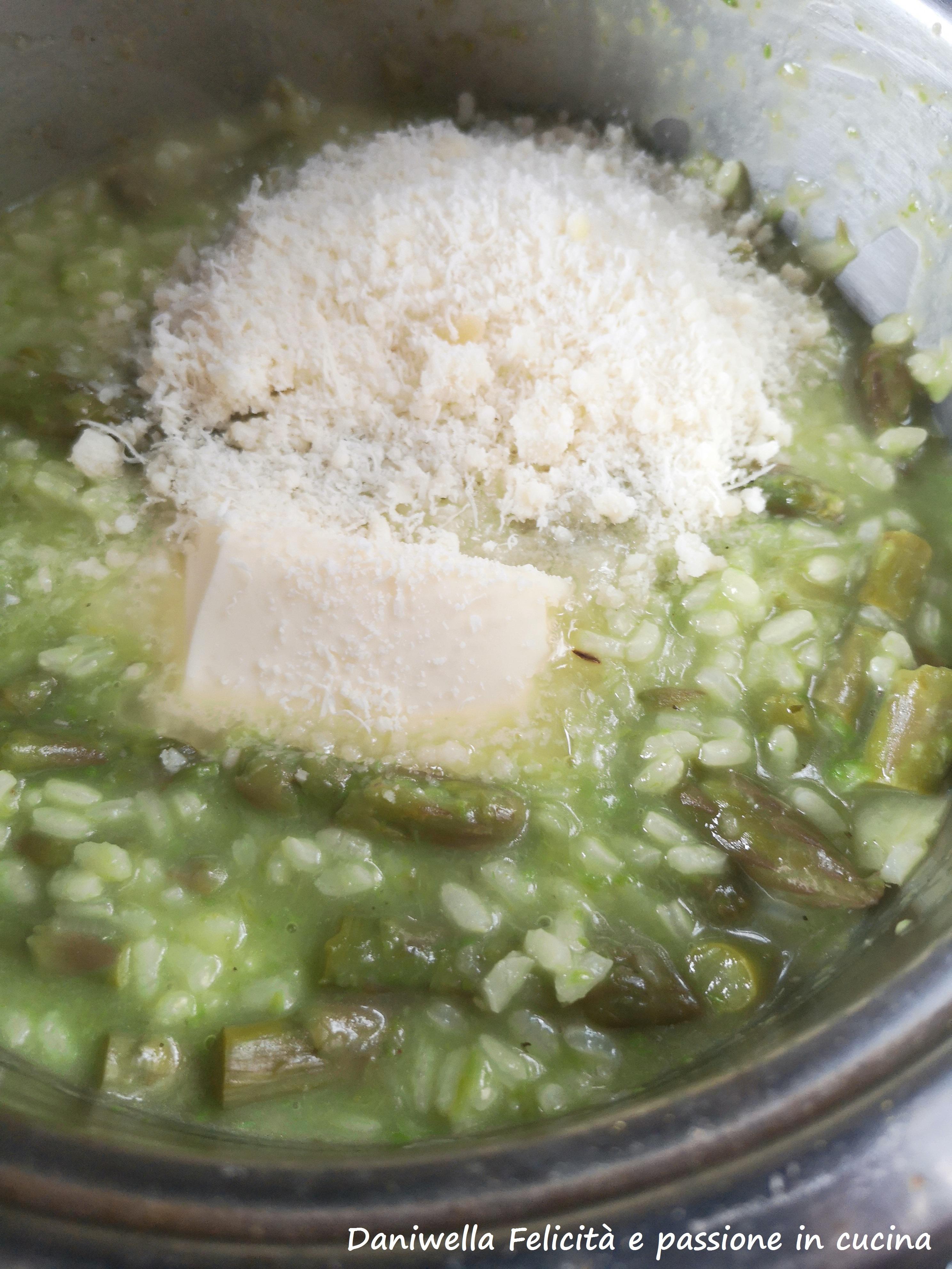 Al termine della cottura spegnete il fuoco, assaggiate e aggiustate di sale se serve. Mantecate il risotto aggiungendo 1 noce di burro e il formaggio grattugiato. Coprite con un coperchio e fate riposare 2 minuti prima di portarlo in tavola.