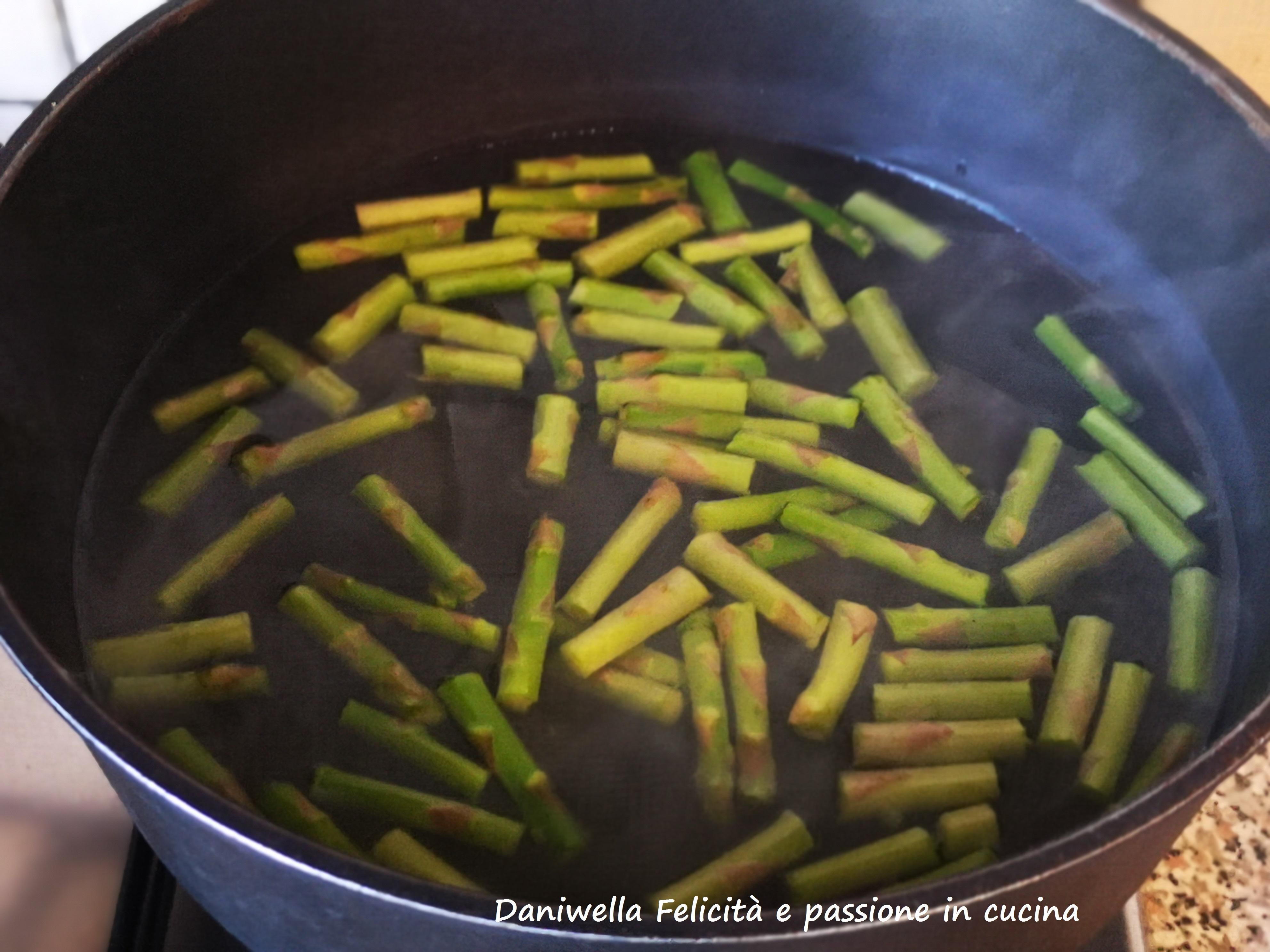 In una pentola mettete l'acqua e i gambi, portate a bollore e calcolate 8/9 minuti. Salate a fine cottura.
