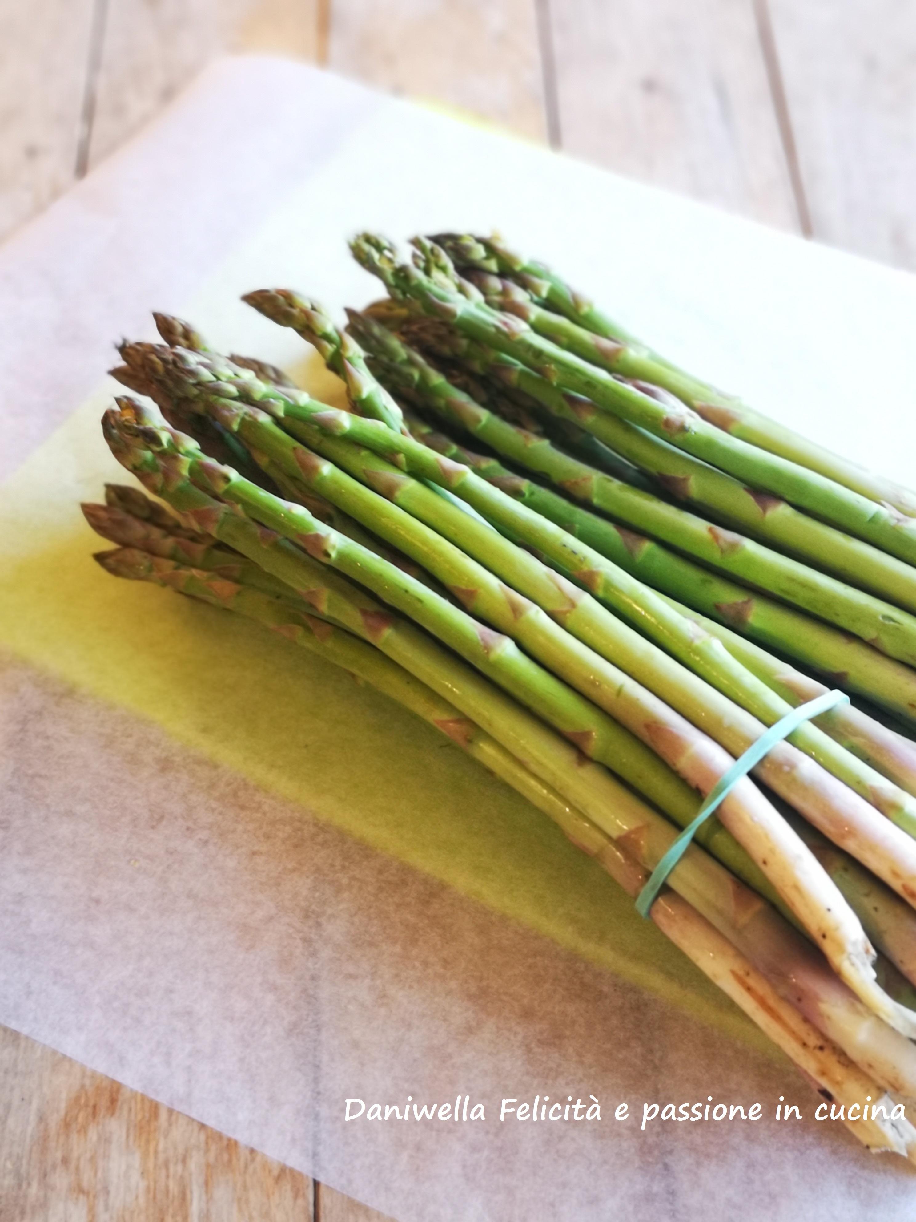 Cominciate tagliando l'estremità bianca degli asparagi verdi, che è la parte più dura e buttatela.