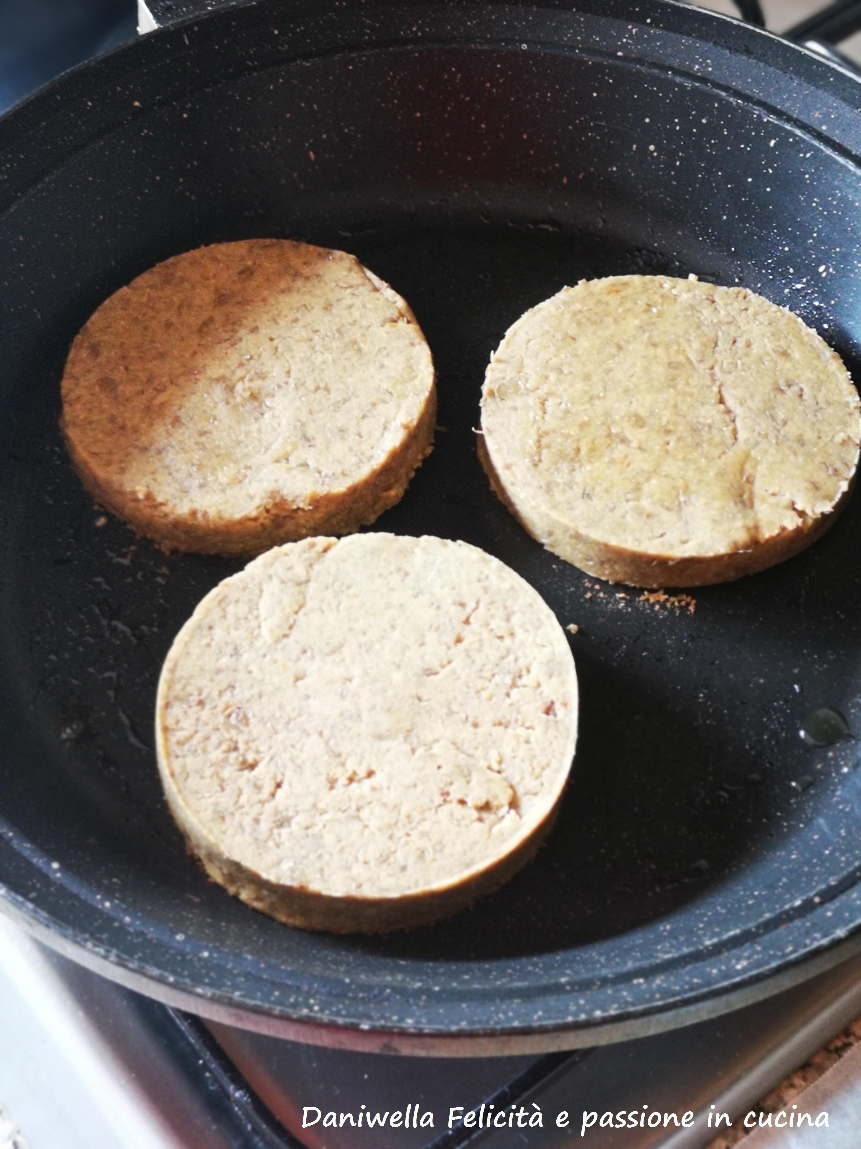 Scaldate una padella, ungete con pochissimo olio e cuocete i burger fino ad ottenere una crosticina croccante o la doratura che desiderate.