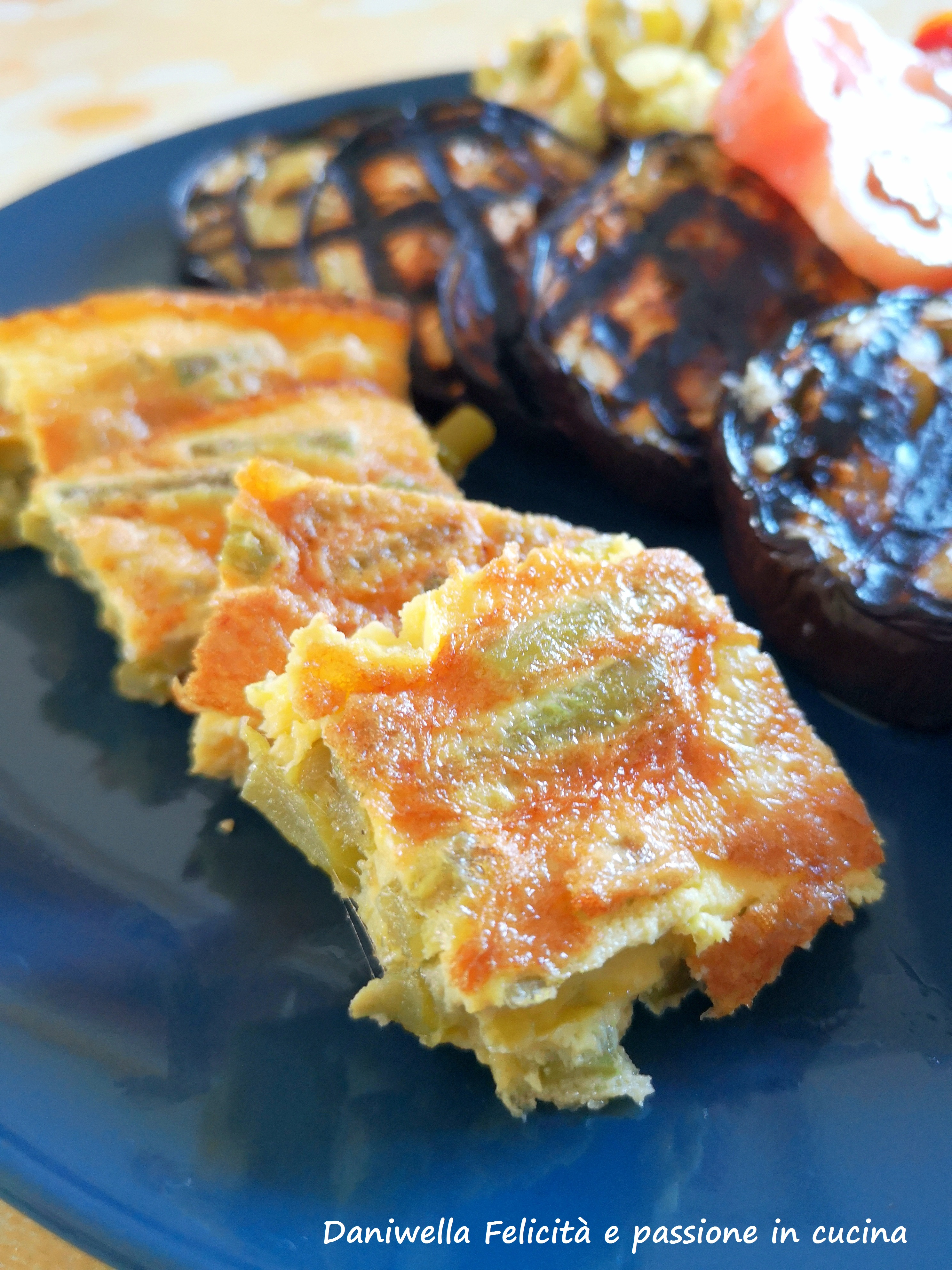 Servite la frittata con le tolle dell'aglio a spicchi o a cubotti calda, tiepida o a temperatura ambiente.