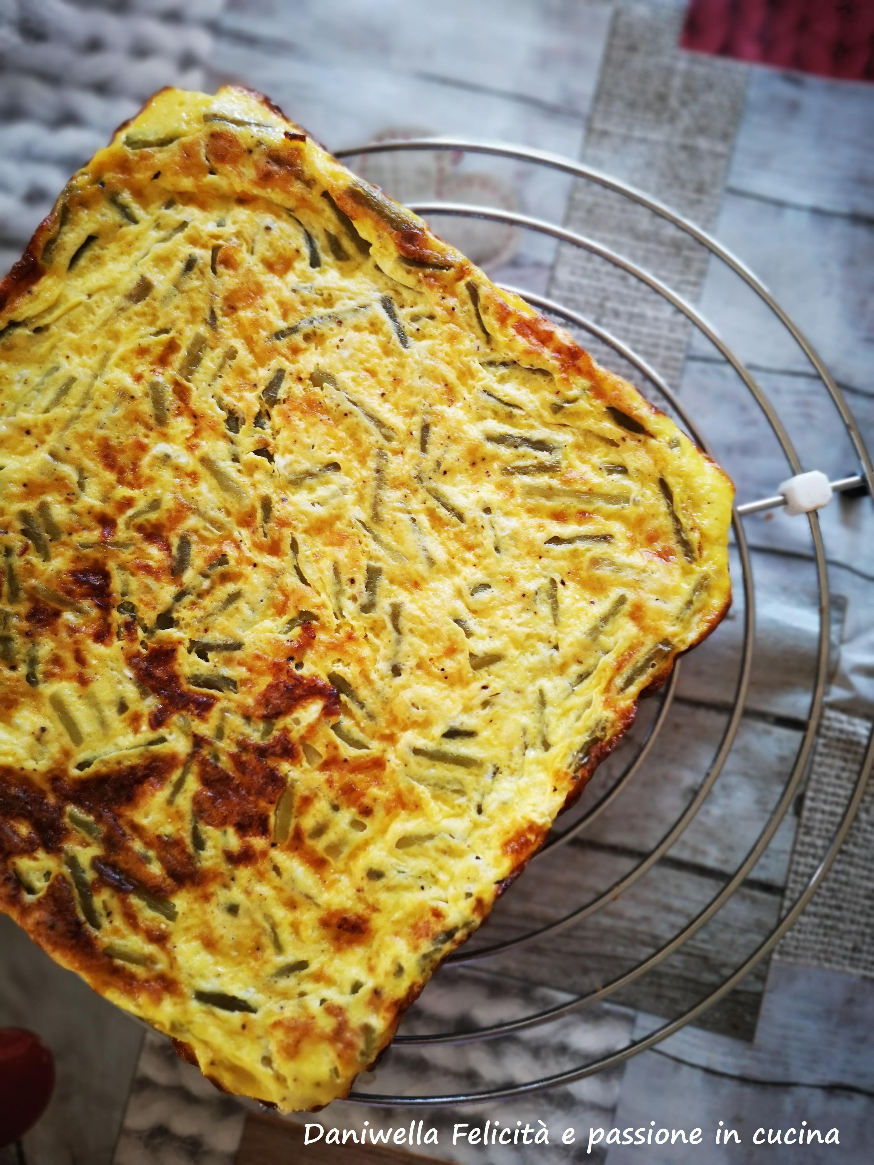 Passato il tempo sfornate la frittata, lasciatela intiepidire dopo di che staccate la carta forno dalla parte inferiore della frittata.