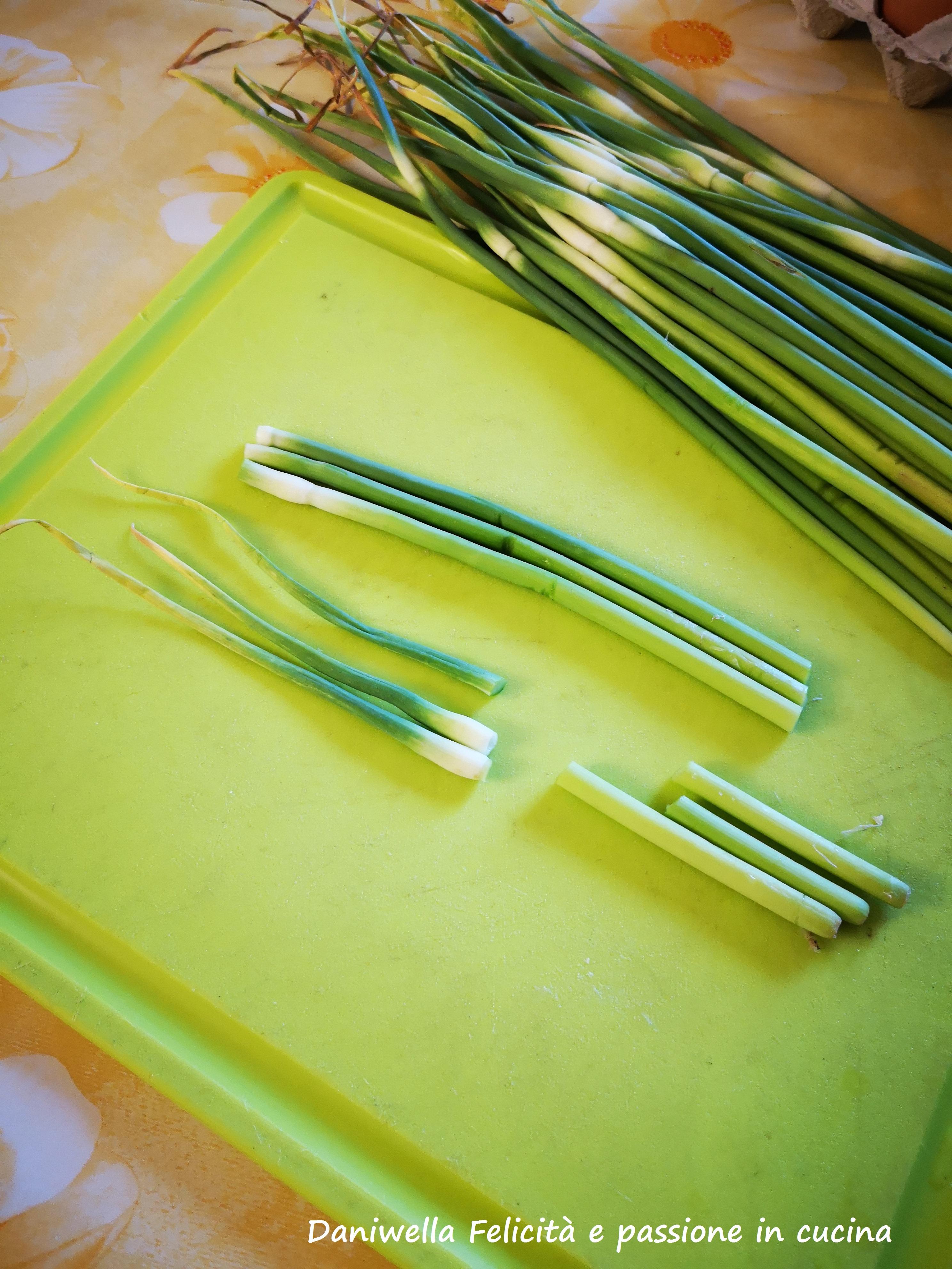 Mondate e lavate sotto acqua corrente le tolle dell'aglio. Eliminate la punta e la base. Utilizzate solo la parte centrale più morbida.