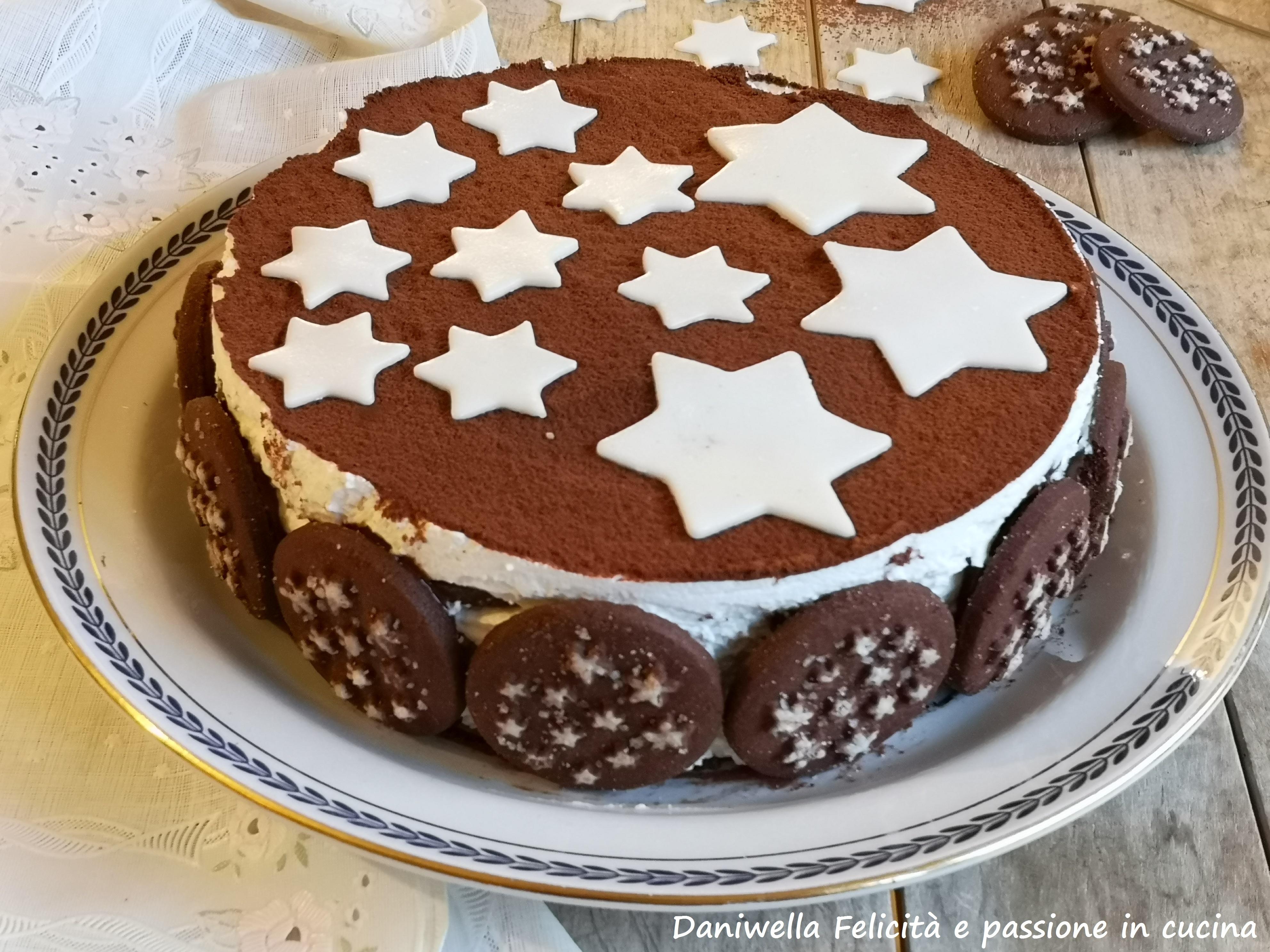Spalmatela un pochino anche all'interno dei biscotti e attaccateli su tutto il bordo della torta. LA TORTA PAN DI STELLE E' PRONTA.