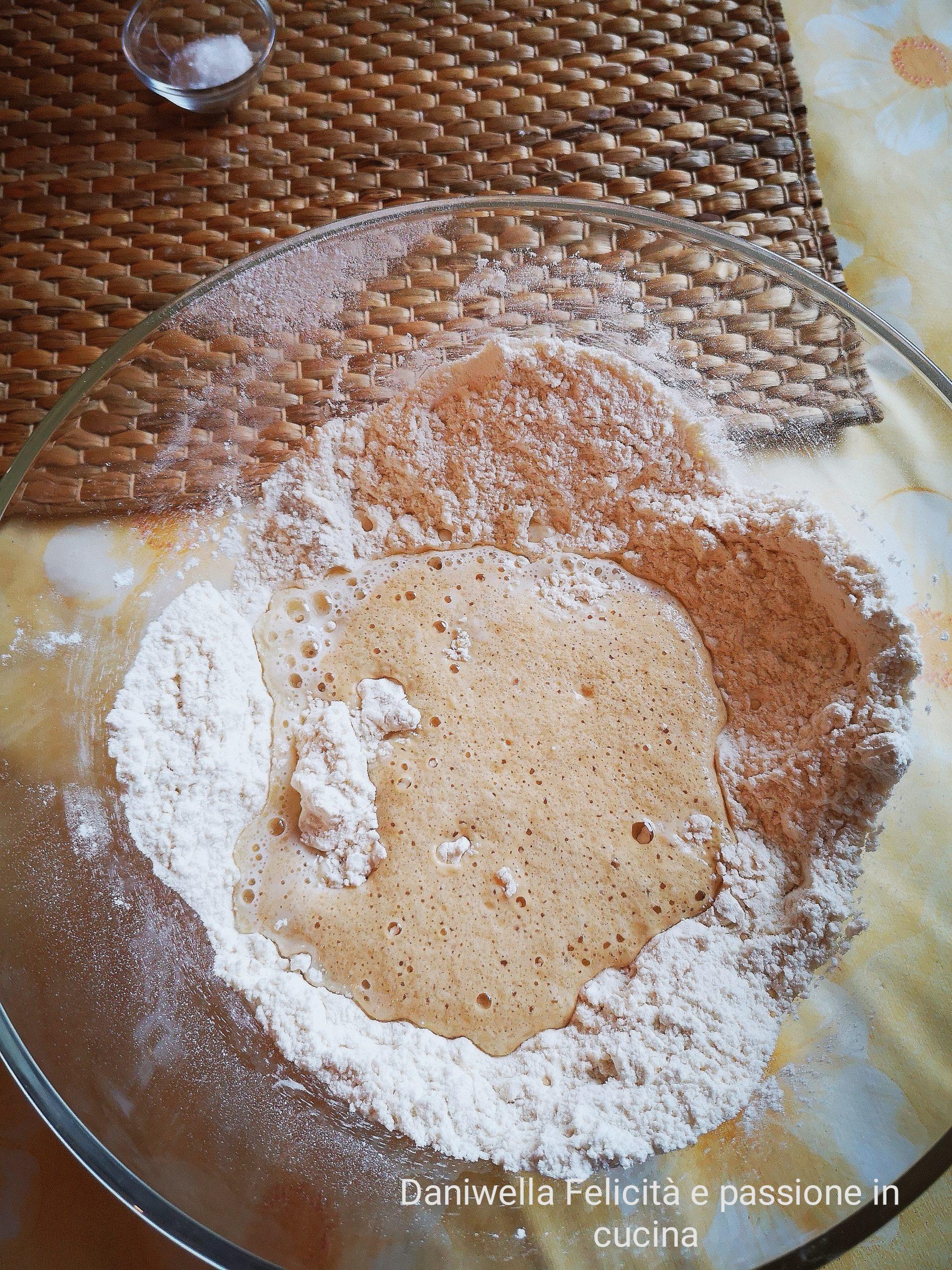 Nella ciotola della farina unite il composto di acqua e lievito e cominciate a mescolare, poi versate anche il latte e burro sciolto.