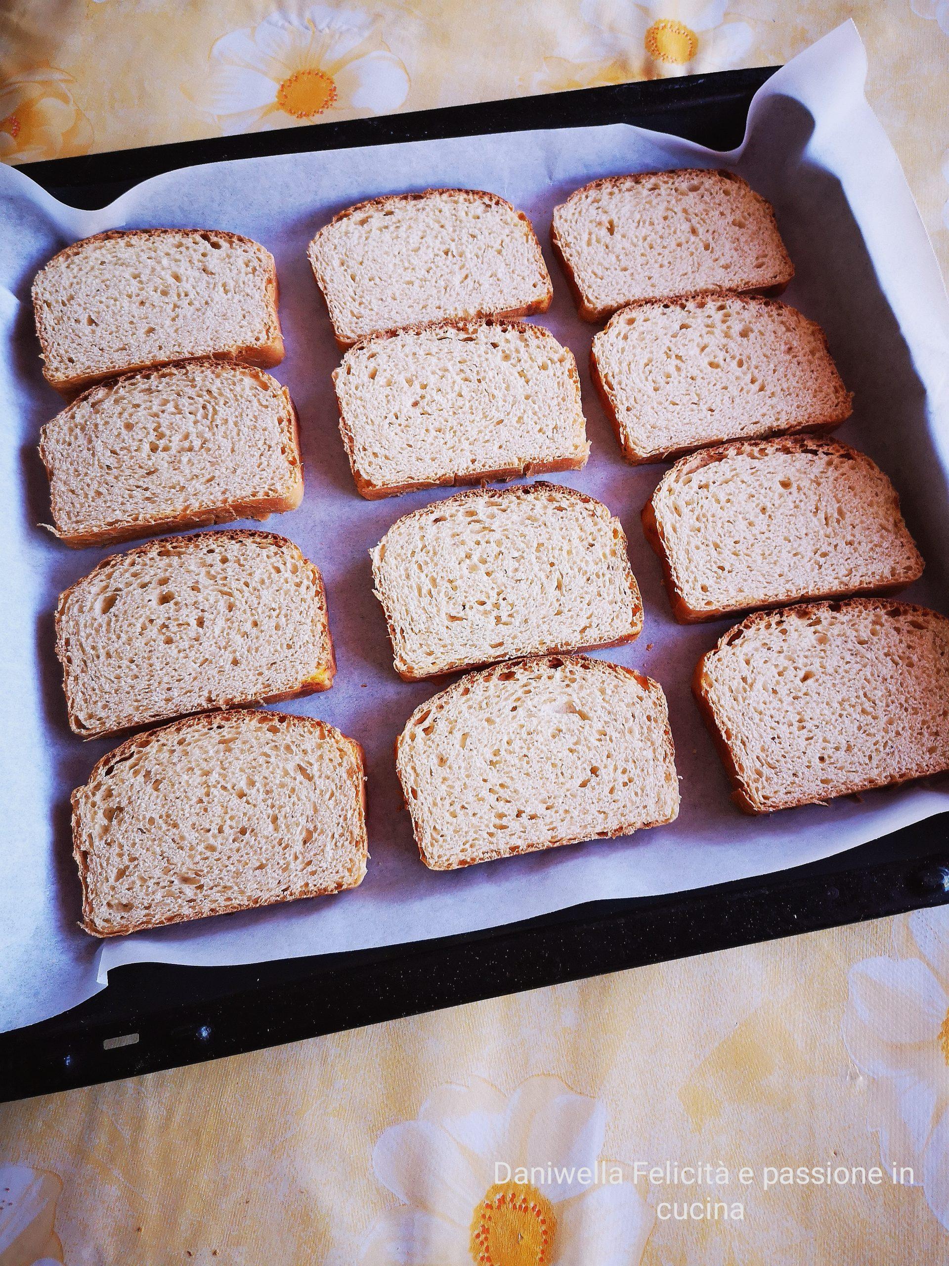 Tagliate il pan briosche a fettine di 7/8 mm, mettetele su una leccarda ricoperta di carta forno.