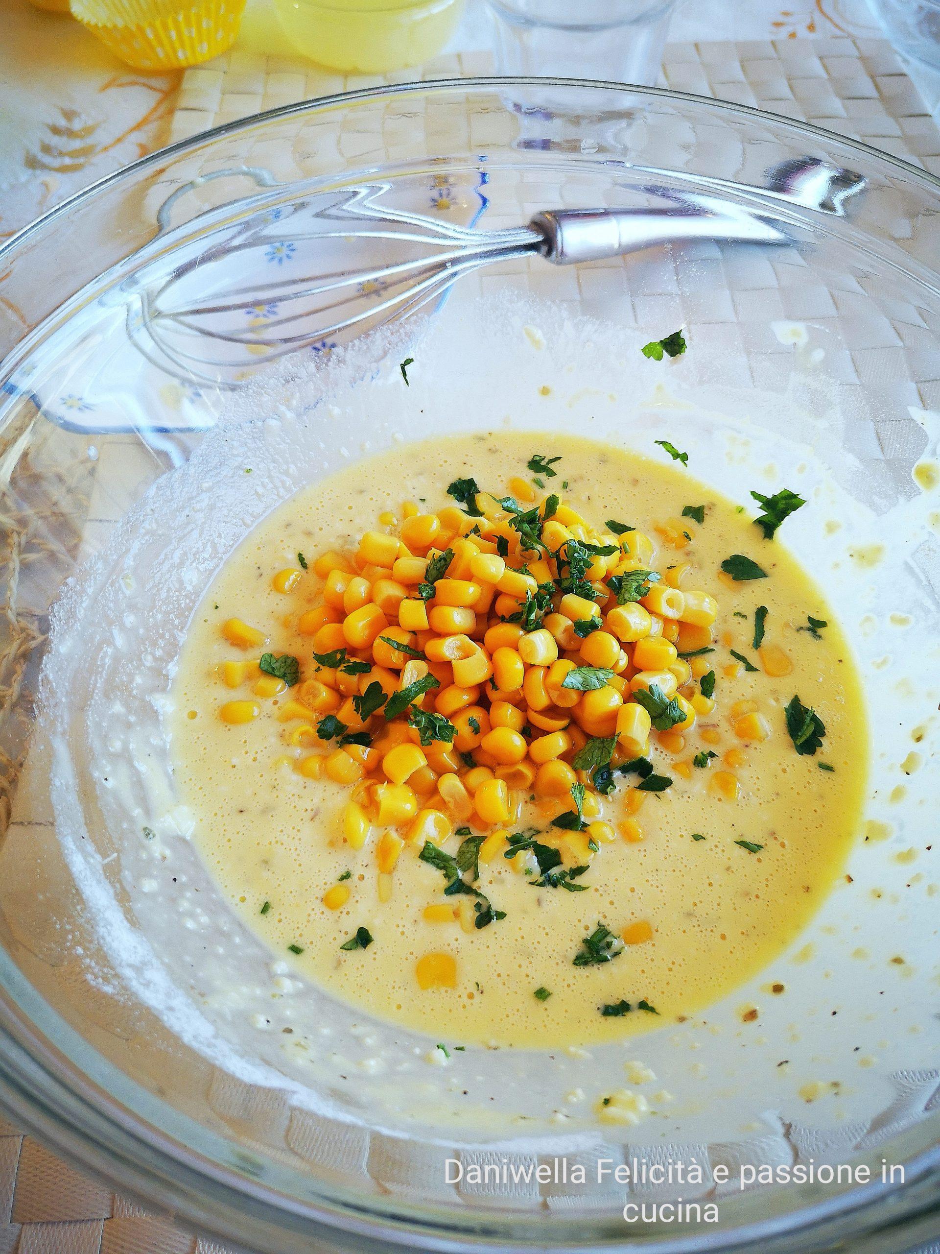 Scolate il mais e aggiungerlo alla pastella insieme al prezzemolo tritato al coltello, il sale e il pepe.