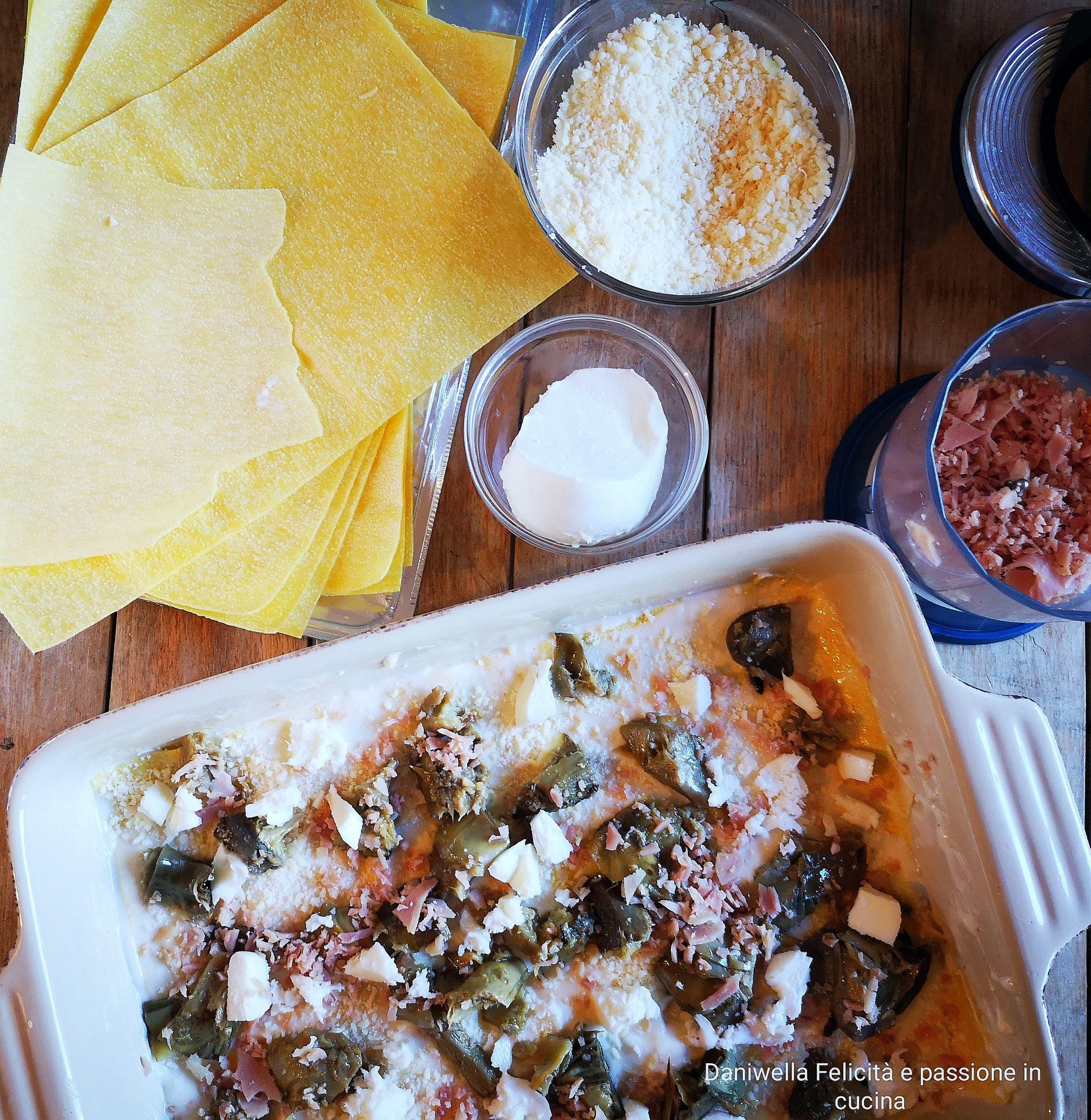 Cominciate alternando carciofi, mozzarella, prosciutto cotto e grana padano grattugiato. Ricominciate con il secondo strato alternando nuovamente la besciamella e il ripieno e così via con gli altri strati.