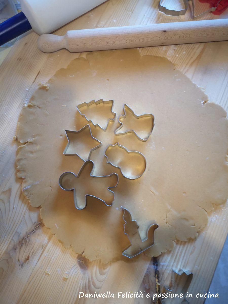 Passato il tempo, stendete l'impasto in una sfoglia non troppo sottile, con le formine ritagliate dei biscotti con le formine.
