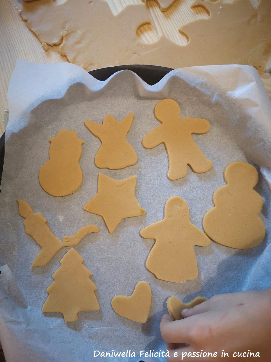 Poggiate i biscotti sopra una teglia rivestita di carta forno.