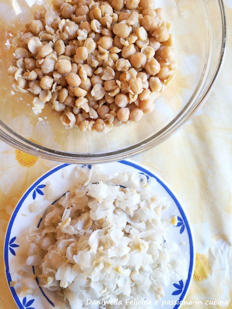 Scolate i ceci e mettete da parte l'acqua di cottura, lasciate intiepidire i ceci eppoi sgranateli tra le mani togliendo tutte le bucce.