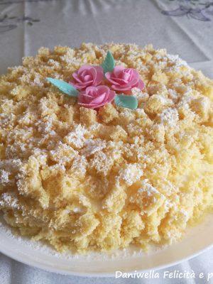 Spolverate con abbondante zucchero a velo e decorate con i fiorellini. Fate riposare in frigorifero per almeno 1 ora o fino al momento di servire.