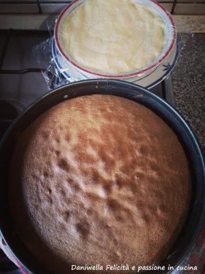Mentre la torta cuoce preparate la crema. . Cliccate qui sotto per vedere il procedimento, ma usate le dosi e gli ingredienti scritti sopra. Fate raffreddare completamente il Pan di Spagna e la crema.
