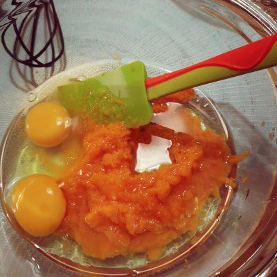 In una seconda ciotola mescolate tutti gli ingredienti liquidi : le uova, l'olio e la purea di zucca.