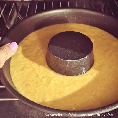 Versate l'impasto in uno stampo precedentemente unto del diametro di 20 cm (il mio era di 22 cm).  Cuocete in forno ormai caldo a 170° per 40 minuti. Prima di sfornare fate sempre la prova stecchino, deve uscire asciutto.
