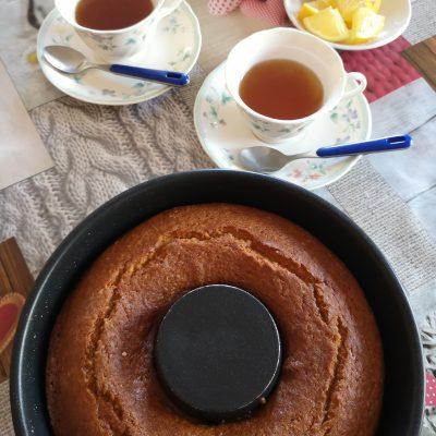 Per realizzare la glassa mettete il formaggio spalmabile in una ciotola e mescolate con una frusta aggiungendo la zucchero a velo 1 cucchiaio di latte alla volta fino ad ottenere una glassa fluida. Aggiungete cannella a piacere o buccia d'arancia grattugiata. Conservatela coperta con pellicola nel frigorifero fino al momento offrirla a parte con il dolce o direttamente versata sulla superficie della torta