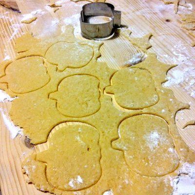 Versate un pochino di  farina sulla spianatoia per non far appicicare il compsto. Stendete la sfoglia con il mattarello ad una altezza di circa 5/7 mm. Con il taglia biscotti formate le vostre zucchette.