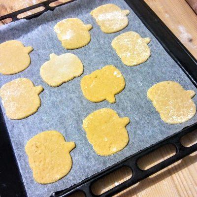 Una volta ottenute 20 biscottini mettetene da parte una metà che serviranno come base, mentre sulle altre procedete ad intagliare gli occhi e la bocca in modo di fare le faccine delle vostre zucche. Poggiatele su una leccarda ricoperta da carta forno.
